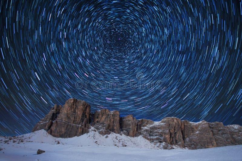 Красивый вид известных гор доломитов в Италии на ясной звездной ночи в стоковое фото rf