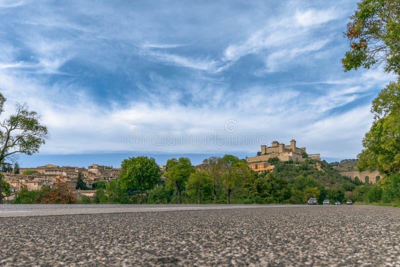 Красивый вид крепости Rocca Albornoziana и акведука стоковое изображение rf