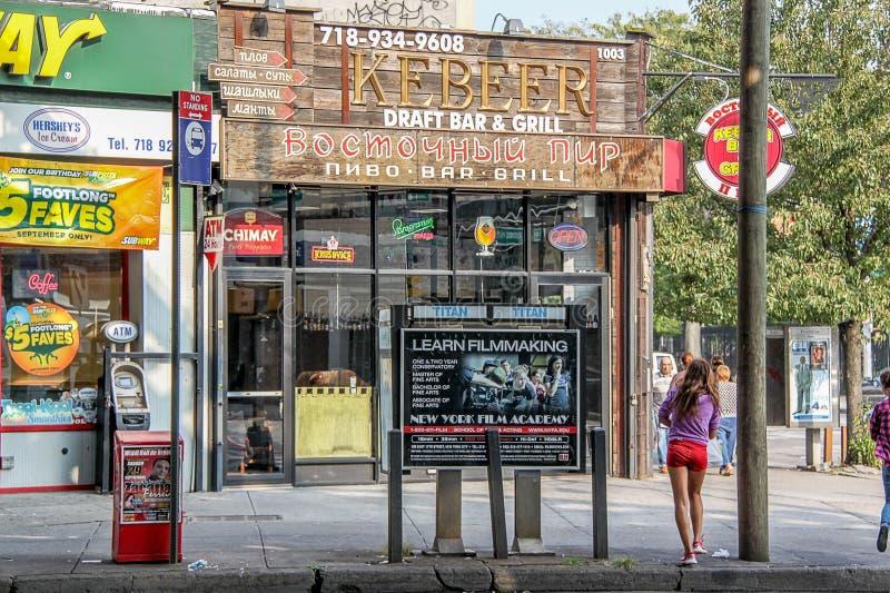 Красивый вид магазинов и бара на одной из улиц пляжа Брайтона Красивые предпосылки ландшафта стоковое фото