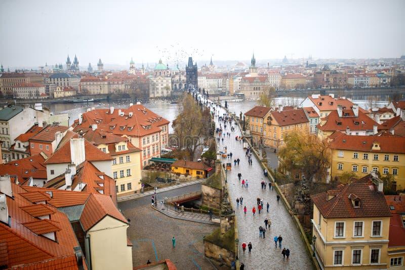 Красивый вид моста и Праги Karlov's стоковое изображение