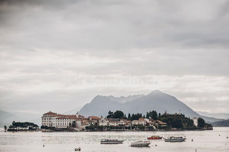 Красивый вид на островах и шлюпках Borromean на озере от Stresa, каникул в Италии Isole Borromee на Lago Maggiore в солнечном стоковые изображения rf