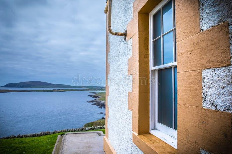 Красивый вид на Shetland старый маяк на голове Sumburgh стоковое фото rf