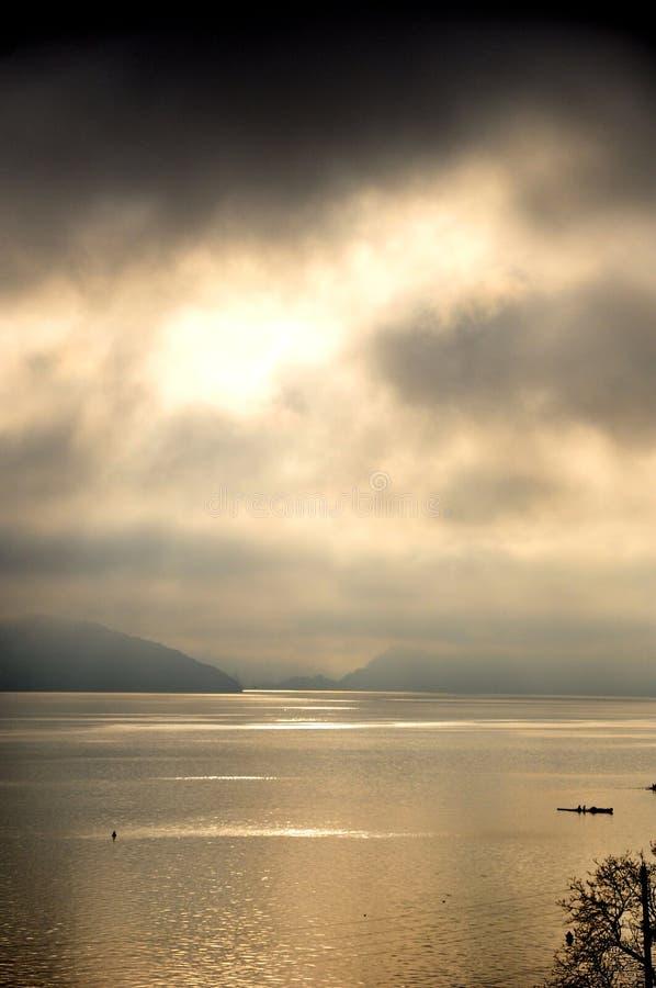 Красивый вид озера Анси в французе Альпах в заходе солнца стоковые фото