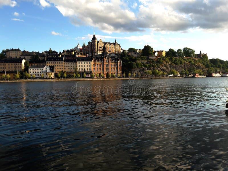 Красивый вид озера и зданий Стокгольма стоковое фото rf