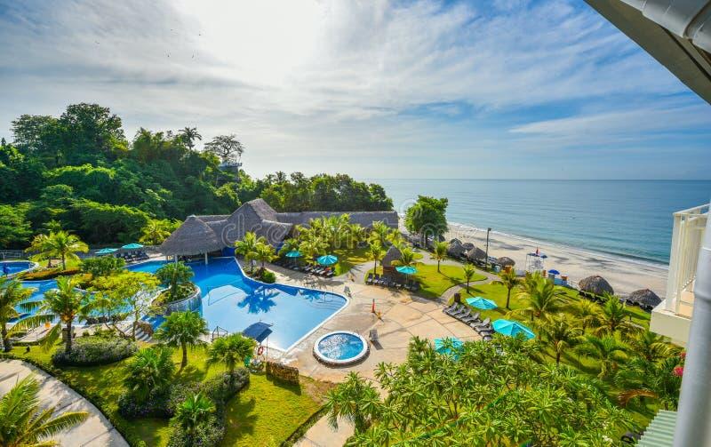 Красивый вид от балкона к пляжу и моря на пляжном комплексе стоковые фото