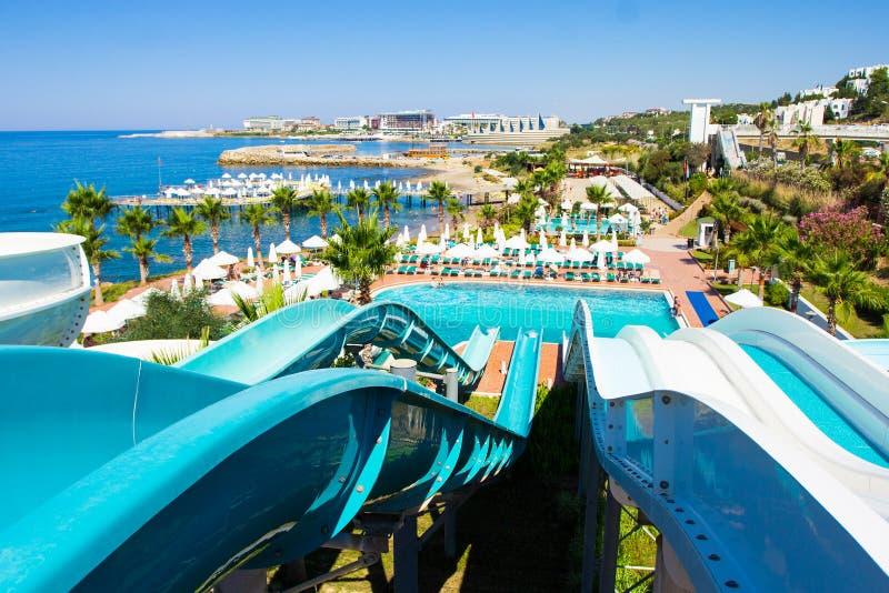 Красивый вид от верхней части скольжений в aquapark на пляже стоковое фото rf