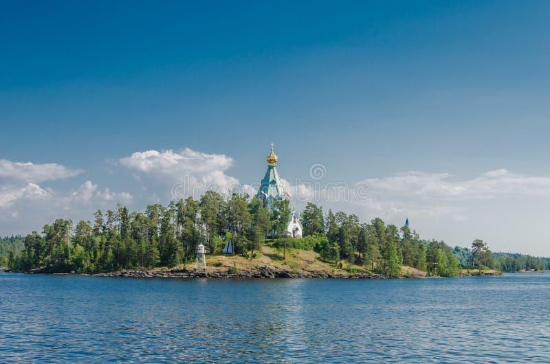 Красивый вид от воды к острову с православной церков церковью St Nicholas Skete монастыря Valaam Церковь St стоковая фотография rf