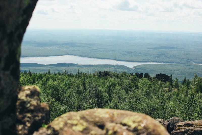 Красивый вид от горы Kachkanar в России на реке, диком лесе, концепции перемещения стоковая фотография