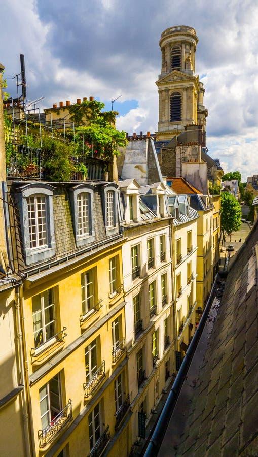 Красивый вид от крыши старого здания на архитектуре Парижа St Germain, 6-ого района стоковое изображение