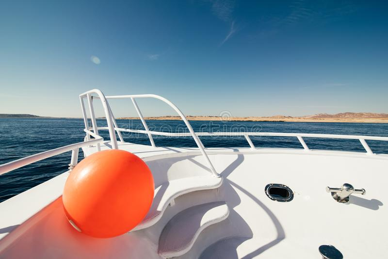 Красивый вид от смычка яхты на seaward стоковые фотографии rf