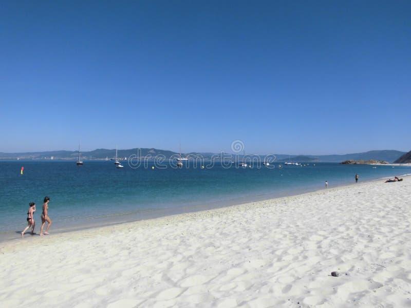 Красивый вид пляжа с белым песком и открытого моря с ясным небом на островах Родоса Cies пляжа стоковые фотографии rf