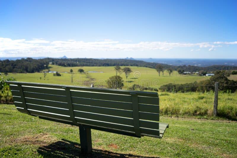 Красивый вид скамейки в парке стоковые изображения rf