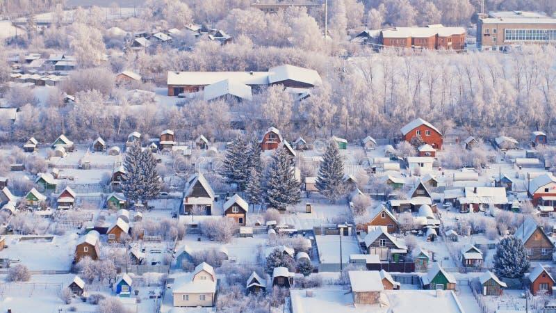 Красивый вид с воздуха города зимы с домами и деревьями стоковые изображения rf