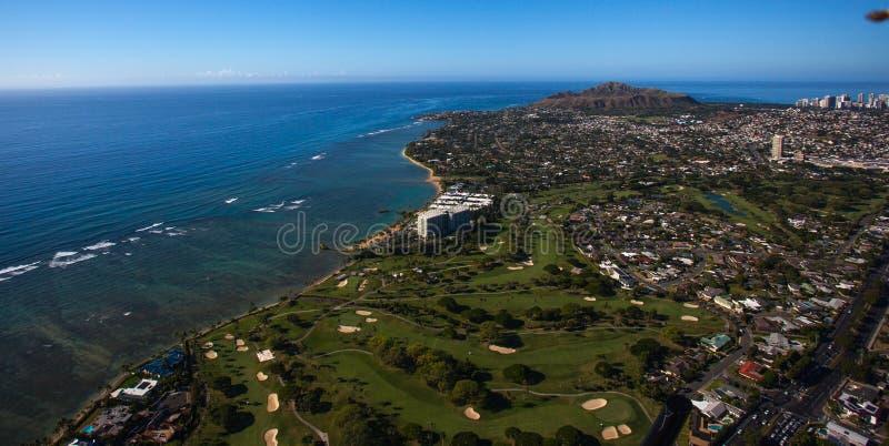 Красивый вид с воздуха кратера диаманта и поля для гольфа Waialae и загородного клуба Оаху, Гаваи waii стоковое фото