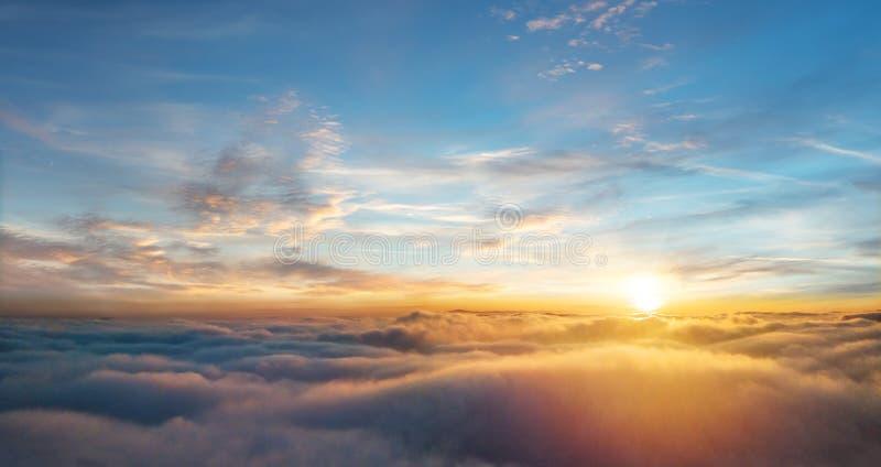 Красивый вид с воздуха над облаками с заходом солнца стоковые изображения rf