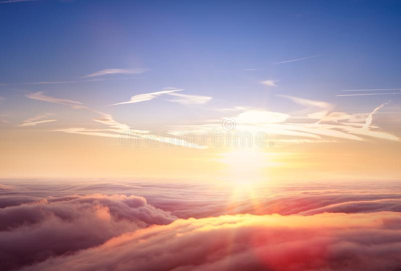 Красивый вид с воздуха над облаками с заходом солнца стоковые фото