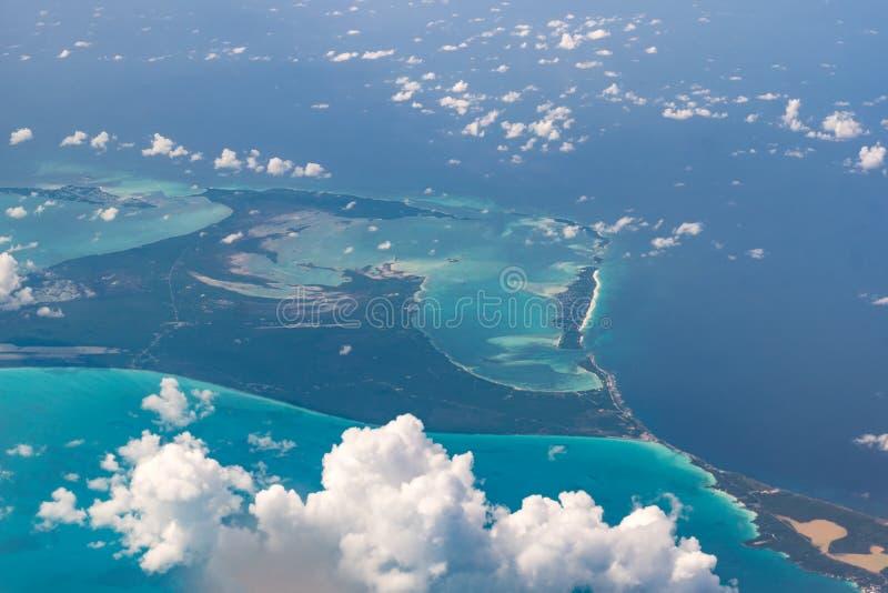 Красивый вид с воздуха островов Багамских островов - испанский язык Wells - моря бирюзы и интересные облака стоковая фотография rf
