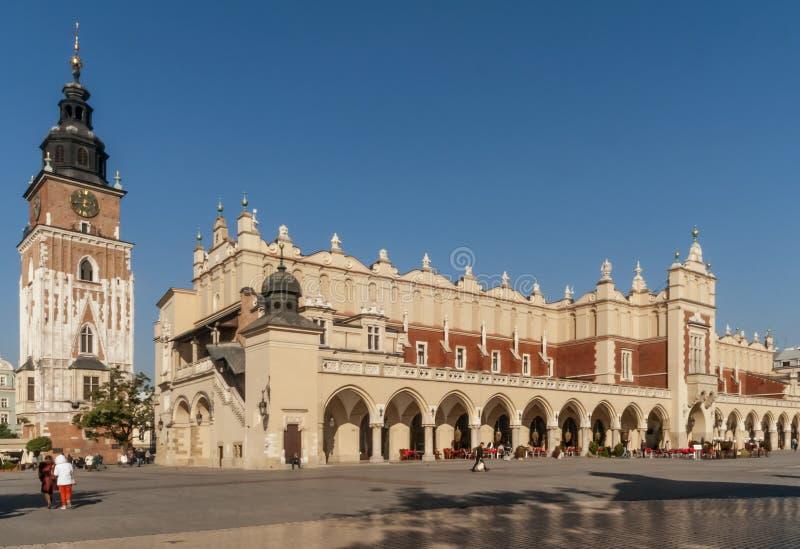 Красивый вид ткани Hall и ратуша возвышаются в историческом центре Кракова, Польше стоковые фото