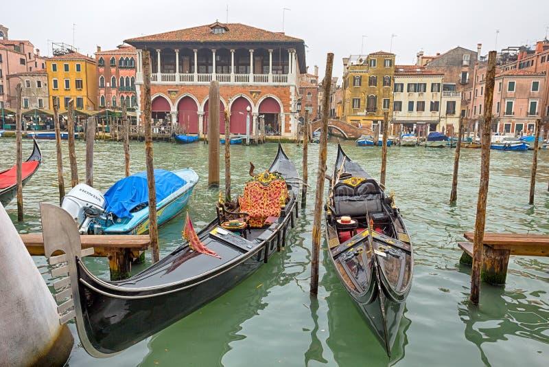 Красивый вид традиционных гондол на канале большом в Венеции Venezia, Италии стоковое фото rf