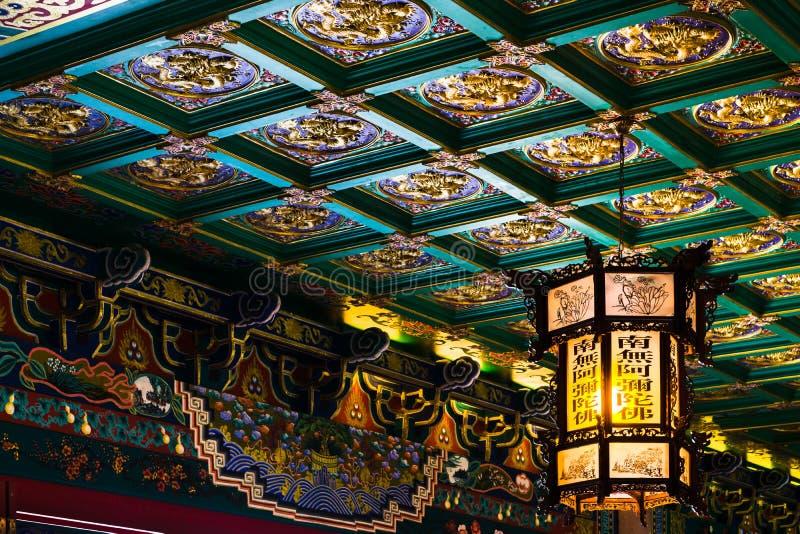 Красивый вид фонарика на красивом китайском потолке картины на китайском имени Wat Borom виска стоковые изображения