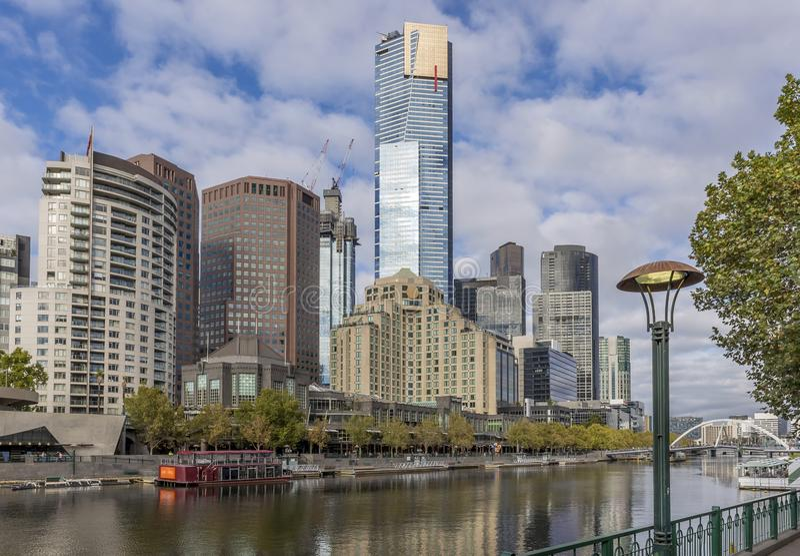 Красивый вид центра города Мельбурна, Австралии, и реки Yarra с отражениями зданий на воде стоковые фотографии rf