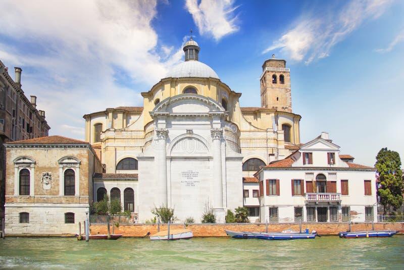 Красивый вид церков Сан Иеремии расположенной на банках канала большого, на острове Canaggio в Венеции, Италия стоковые изображения rf