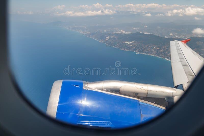 Красивый вид через иллюминатор самолета на среднеземноморском побережье, в области Антальи, Турция стоковая фотография