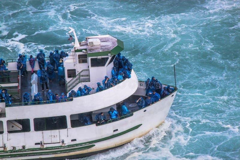 Красивый вид шлюпки отклонения полный с туристами в голубых одеждах Туристская концепция Концепция транспорта Ниагарский Водопад стоковое фото