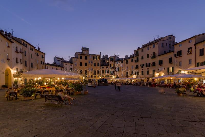 Красивый вид ` Anfiteatro на голубом часе, Лукки Dell аркады, Тосканы, Италии стоковые фото