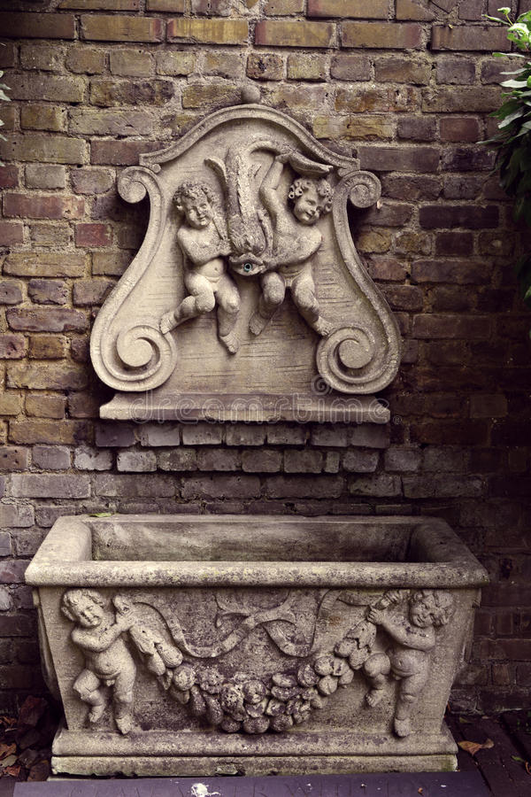 Красивый викторианский фонтан стены в саде, Лондон, музей сада стоковые фотографии rf