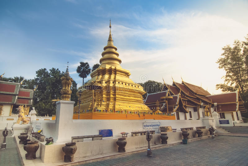 Красивый висок в Chiangmai (Wat Chomthong) стоковые изображения rf