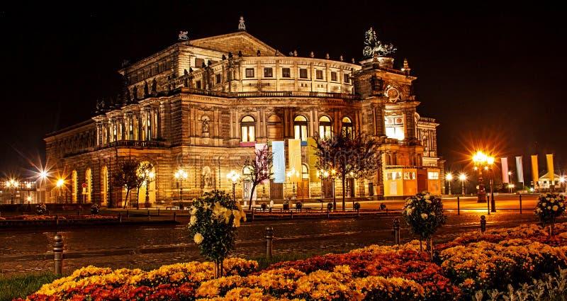 Красивый вид лета ночи оперного театра оперы положения Saxon Sachsische Staatsoper Дрездена или Semperoper, Дрездена, Германии стоковое фото rf
