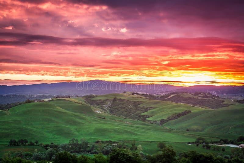 Красивый вид зеленых полей и лугов на заходе солнца в Тоскане стоковое фото rf