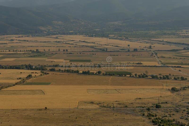 Красивый вид долины Karlovo между центральной балканской горой горы и gora Sredna, Beklemeto или троянского пропуска стоковое фото rf
