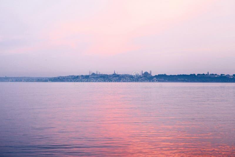 Красивый вид Bosphorus от Ист-Сайд Стамбула на восходе солнца индюк Перемещение, отдых, побережье стоковое фото rf