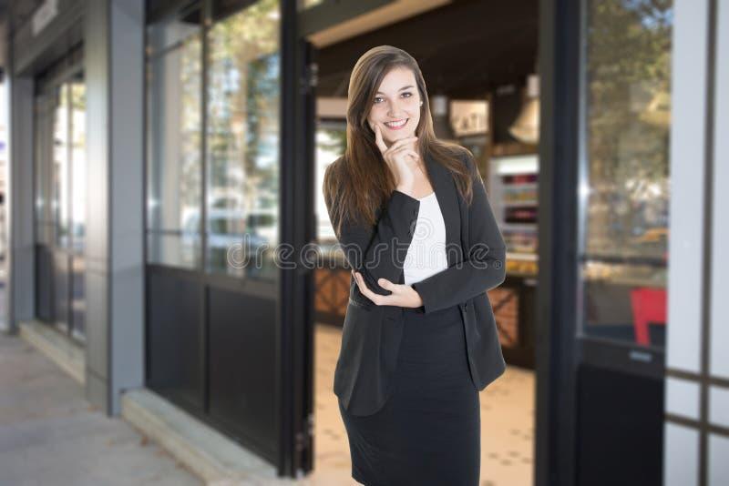 Красивый владелец пекарни магазина винтажной с дверью открытой стоковая фотография rf