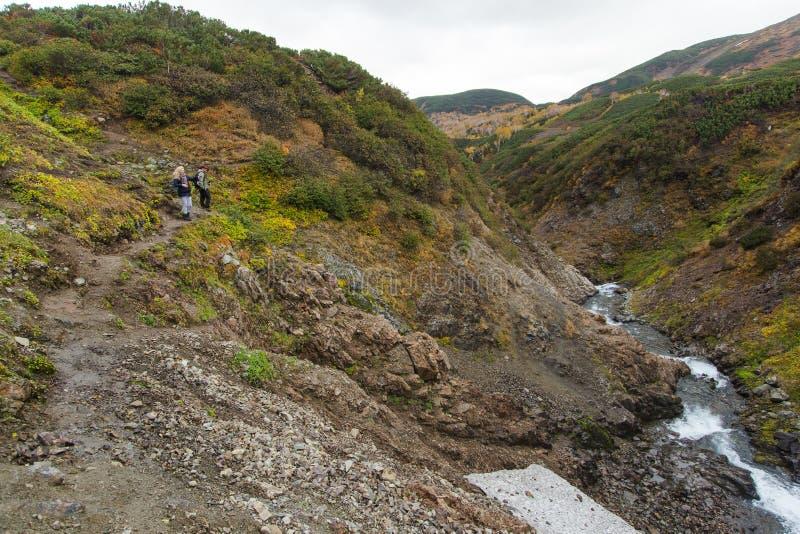 Красивый водопад в горах, сценарный ландшафт осени в Камчатка стоковые фото