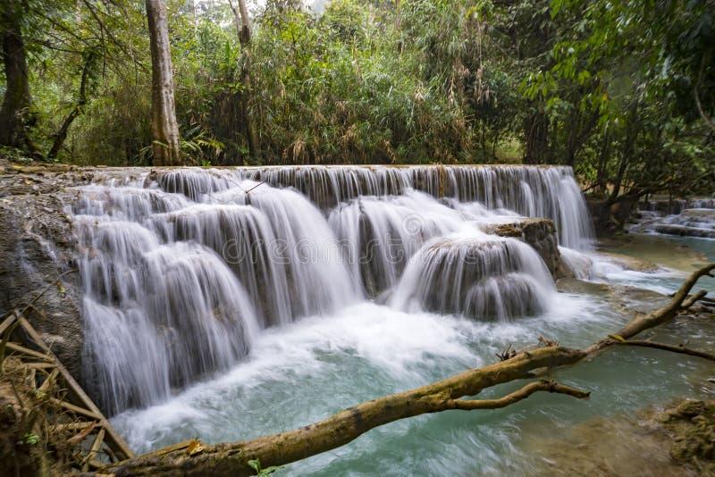 Красивый водопад в лесе, весне, долгой выдержке стоковые изображения rf