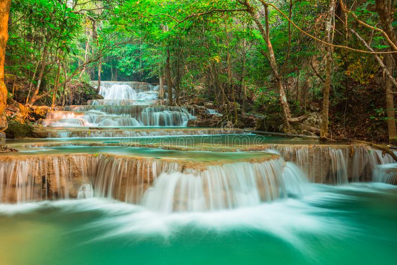 Красивый водопад в лесе, провинции Kanchanaburi, Таиланде стоковое изображение