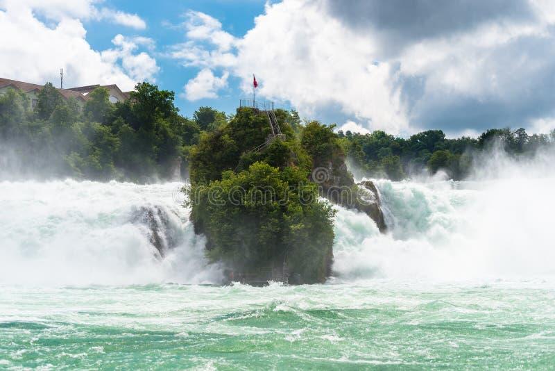 Красивый водопад на реке Рейне в городе Neuhausen Rheinfall в северной Швейцарии Rhine Falls larges стоковая фотография rf