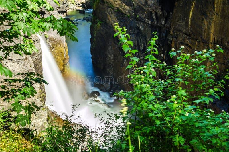 Красивый водопад на солнечный летний день стоковые изображения rf