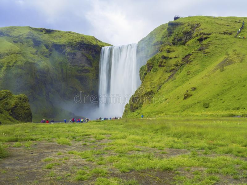 Красивый водопад Skogafoss в южной Исландии Skogar с группой стоковое фото