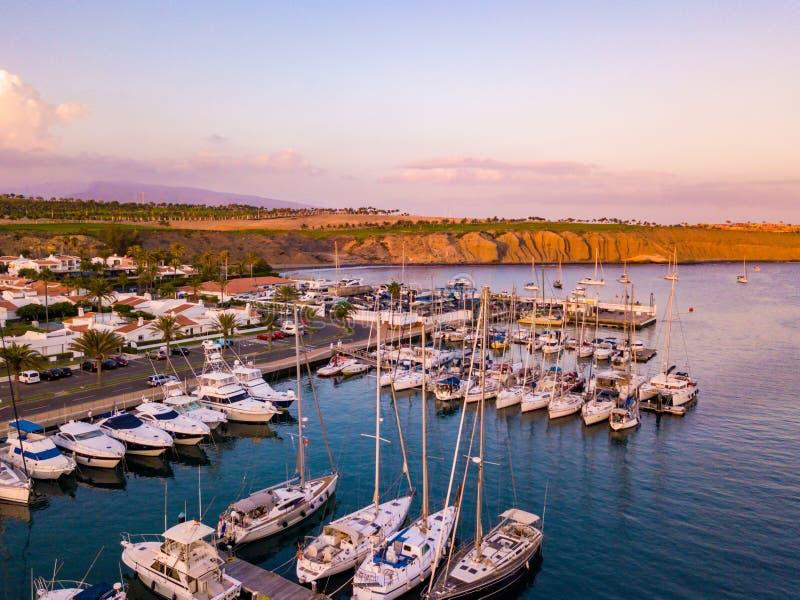 Красивый воздушный взгляд захода солнца над доками с много роскошных яхт стоковые фотографии rf