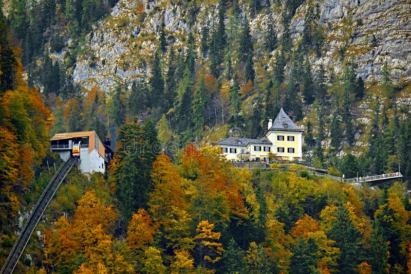 Красивый воздушный взгляд падения ropeway фуникулера фуникулярный в австрийских горных вершинах Красный автомобиль кабеля железно стоковое фото rf