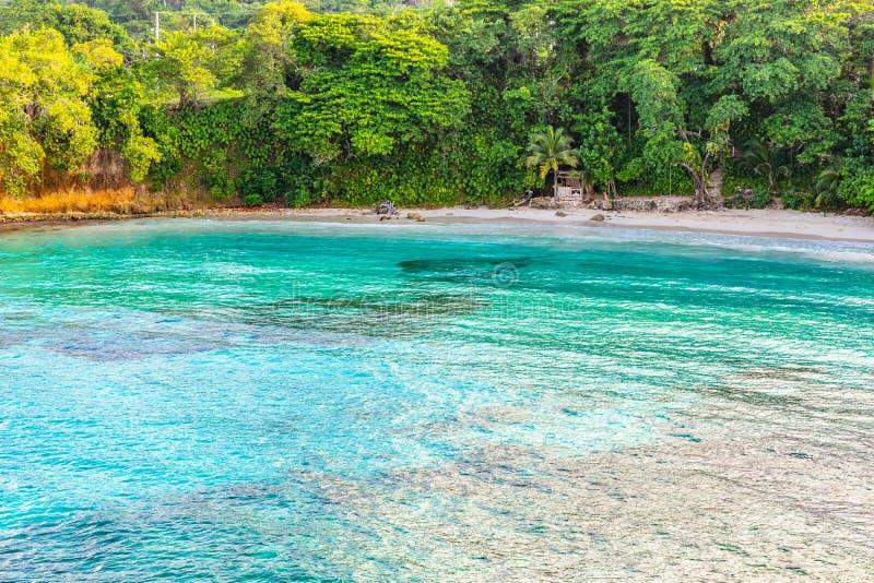 Красивый воздушный взгляд трутня сценарной тропической установки летнего отпуска пляжа острова стоковые изображения