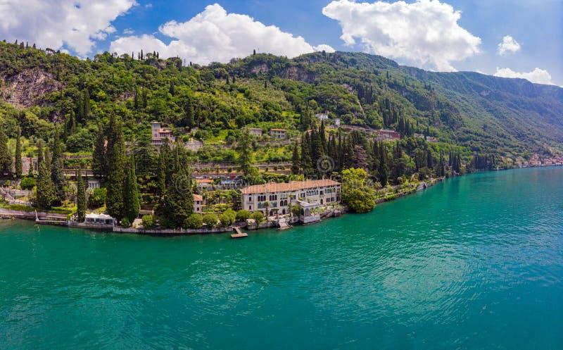 Красивый воздушный панорамный вид от трутня к городку Varenna известному старому Италии на банке озера Como Высокий взгляд сверху стоковое изображение