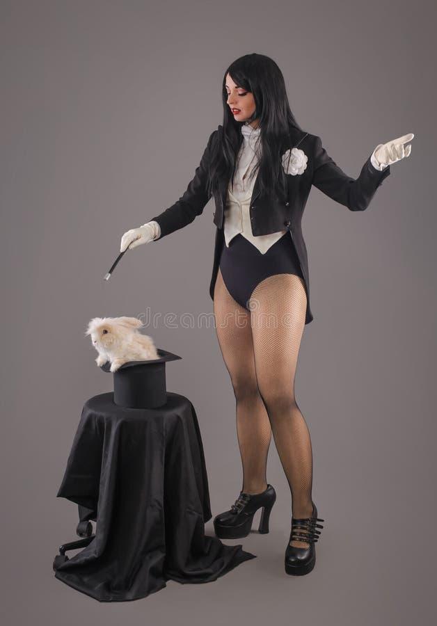 Красивый волшебник женщины с кроликом в шляпе стоковое фото