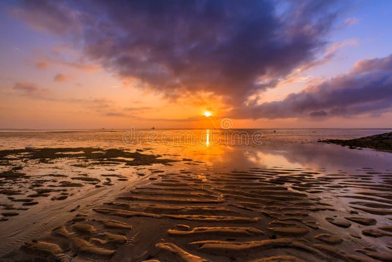 Красивый восход солнца на пляже в Бали Индонезии стоковое изображение rf