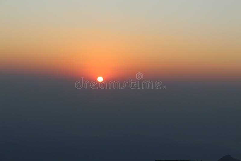Красивый восход солнца рано утром с ясными небесами стоковое изображение