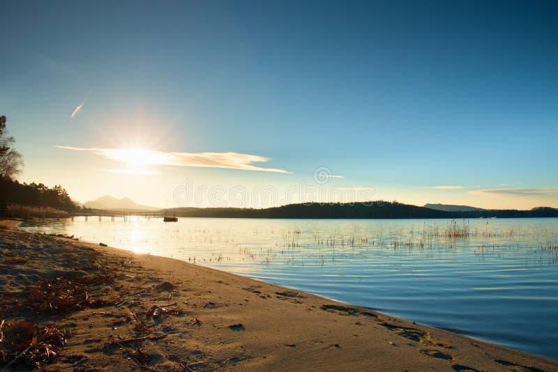 Красивый восход солнца на пустом пляже, острове Средиземного моря стоковые изображения rf